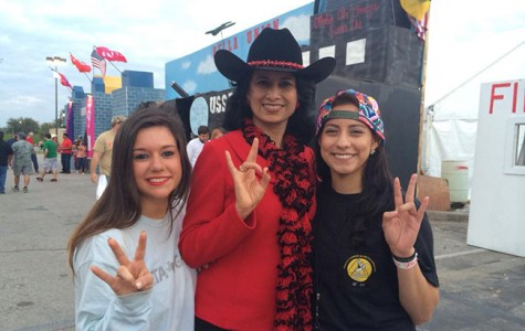 The UH leader (center) poses for a picture with Delta Gamma sisters Taylor Weaster (left) and Erika Sanchez, while showing their Cougar Pride at the University's 2015 Frontier Fiesta.